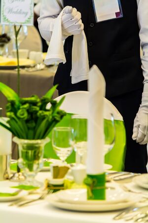 Waiter ready to service at Luxury party dinner in restaurant. Banque d'images