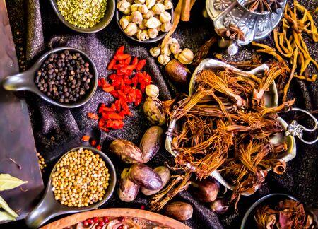 Draufsicht Thailändische Gewürze und Kräuterzutatendekoration auf Holztisch für den Koch in der heimischen Küche.