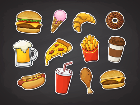 Ilustracja wektorowa. Zestaw fast foodów. Kawałek pizzy, burger, hot dog, frytki, pączek, smażone udko z kurczaka, piwo, lody, rogalik, papierowy kubek napoju gazowanego, kawa. Naklejki z konturem