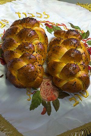 shabat: Frescas respaldado challahs refrigeraci�n Shabbos pan en la cubierta Foto de archivo