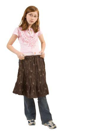 ni�os vistiendose: muchacha del redhead que intenta la falda marr�n