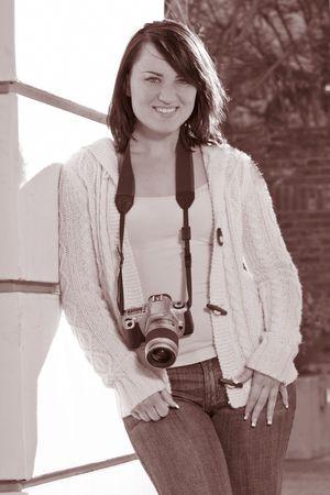 amateur: Muchacha que sostiene la c�mara fotogr�fica de la foto de SLR