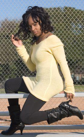 黒いブーツ (ブーツに焦点) でアフリカ系アメリカ人の少女の肖像画