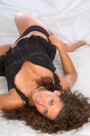 Giovani donne sexy in nero Lingerie disteso sul letto  Archivio Fotografico - 1318856
