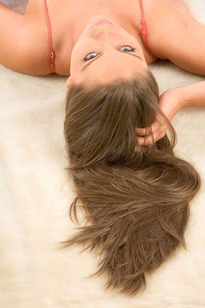 El pelo largo hermoso modelo de mujer acostada de espaldas Foto de archivo - 1353694
