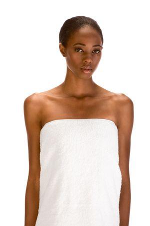 Joven y bella mujer de piel oscura con Slicked Volver Cabello blanco envuelto en una toalla de ba�o para la preparaci�n de sauna Foto de archivo - 3511268