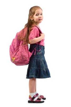 Rood hoofd kind student met lang haar staande met school rugzak op haar schouders Stockfoto
