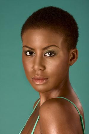 hair short: Ritratto di giovane donna bella afro americana con capelli corti che indossa compongono Archivio Fotografico