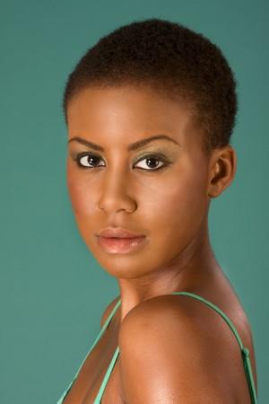アフロアメリカン: 若いアフロ アメリカン美人メイク着て短い髪の肖像画 写真素材