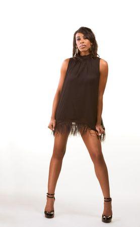 piernas con tacones: Retrato de un hermoso negro African American mujer con las piernas en el largo vestido negro