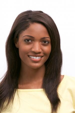 アフロアメリカン: 陽気な若いアフロ アメリカンの女性黒い長い髪と歯を見せる笑顔