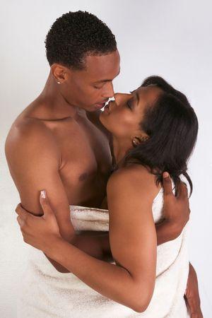 sexo pareja joven: Pareja Negro sensual, afroamericano y una mujer de la etnia creole abrazo envuelto en bathtowel