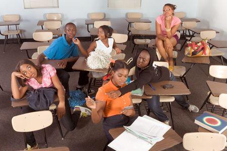Middelbare school klas met zes kinderen, een jongen en vijf meisjes, maken van chaos Stockfoto