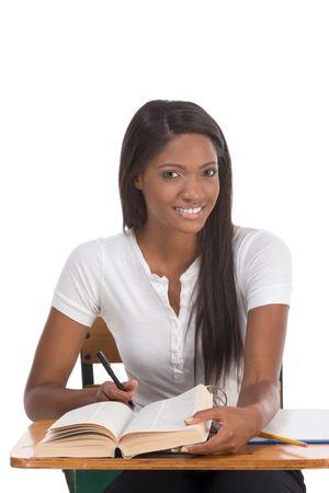 brunnet: Ortograf�a Ingl�s-bee serie concurso de la educaci�n - �tnico negro estudiante de preparatoria de estudiar diccionario preparaci�n para la prueba, examen o concurso de ortograf�a de abeja Foto de archivo