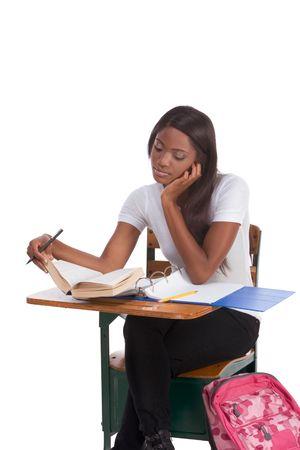 leerboek: nglish spelling-bijen wedstrijd onderwijs reeks - etnische zwarte vrouwelijke high school student bestudering van de woorden lijst voorbereiden voor test, examen of spelling bijen wedstrijd