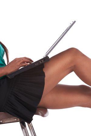 Série éducation sexy - cuisses et les hanches de femme noire ethniques lycéen tapant sur ordinateur portable