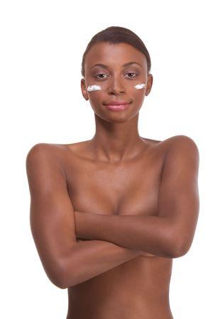 sauna nackt: Haus - Young nackt ethnischen African-American Frau mit slicked Back Haar anwenden Sahne- Moisturizer auf Ihr Gesicht nach sauna