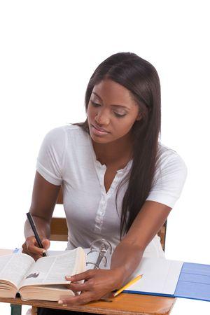brunnet: Concurso de ortograf�a-abeja ingl�s educaci�n serie - �tnicos negro femenino estudiante estudiando el diccionario que se prepara para el concurso de la prueba, examen o abeja de ortograf�a