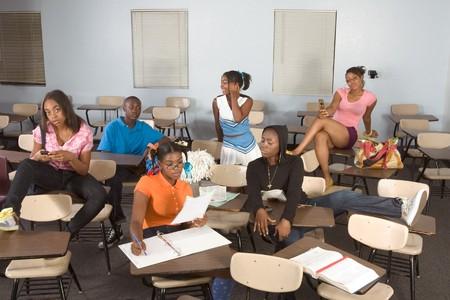 wanorde: Middelbare school klas met zes kinderen, een jongen en vijf meisjes, maken van chaos Stockfoto
