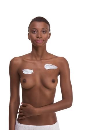 sauna nackt: Haus ?young nackt ethnischen African-American Frau umh�llt in Bad Handtuch anwenden Sahne- Moisturizer auf ihrer Brust nach sauna