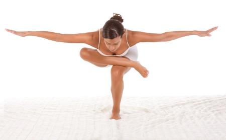 gymnastik: Yoga pose StandingSquatting Pigeon - Frauen im Sport Kleidung �bung durchf�hren
