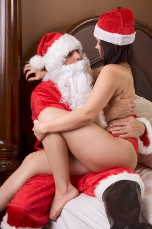 seks: MÅ'oda kobieta sexy posiadajÄ…ce pÅ'eć z Santa Claus Zdjęcie Seryjne