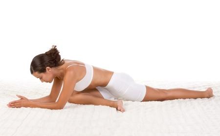 pigeons: Yoga posent � Au repos pigeon � - femelle dans les v�tements de sport effectuant exercice