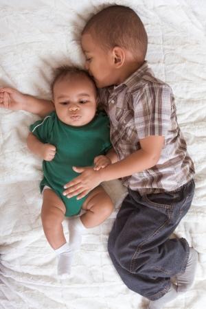 mulato: Dos hermanos varones multi�tnica de mixto raza uno de 3 meses de edad y otro de 3 a�os Foto de archivo