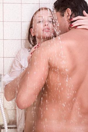 young couple sex: Любить ласковая молодые гетеросексуальные пары в ласковая чувственный поцелуй после принятия душа. Середине взрослых кавказских мужчин в конце 30-х годов и молодых кавказских женщина рыжая в начале 20-х годов