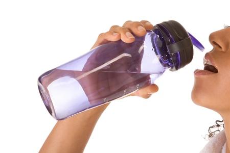 Donkere gevilde etnische vrouwelijke participatie fles water Stockfoto