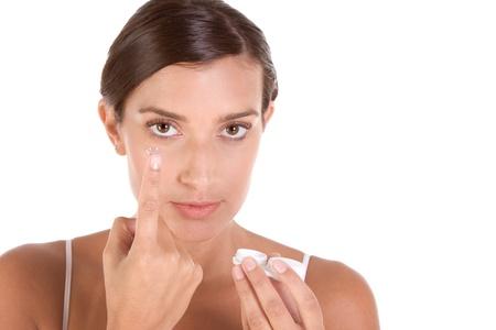lentes contacto: mujer ponerse los lentes de contacto Foto de archivo