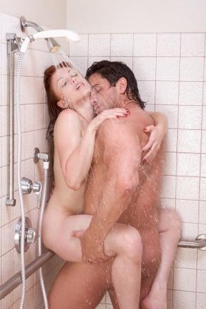 pareja desnuda: Amante cari�osa pareja heterosexual joven desnuda en cari�oso beso sensual despu�s de tomar ducha. Los hombres de raza cauc�sica mediados de adultos de 30 a�os y j�venes cauc�sicos pelirroja mujer en los 20 a�os