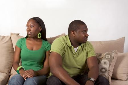 pareja discutiendo: Joven negro étnica afro-americana par en desacuerdo y el mal humor no hablar unos con otros y mirando a otro lado después de la acalorada discusión