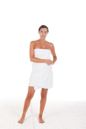 detras de: Joven mujer de raza caucásica envuelto en una toalla de baño Foto de archivo