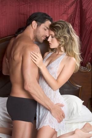 pareja desnuda: Joven pareja heterosexual sexy haciendo el amor en la cama