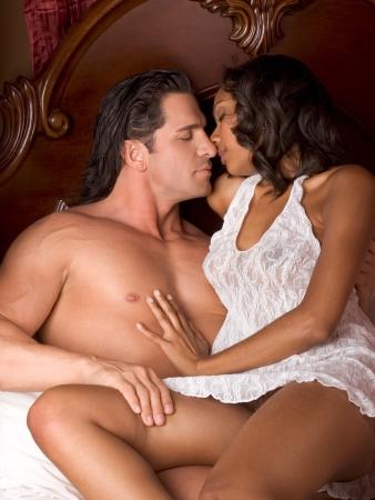 mujeres jovenes desnudas: Los amantes Interracial pareja sensual haci�ndole el amor en la cama