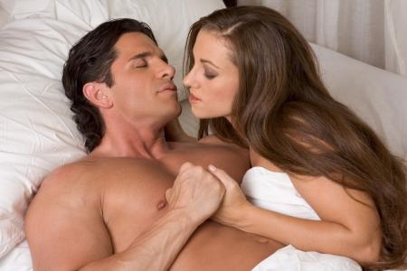 joven pareja heterosexual en la cama photo