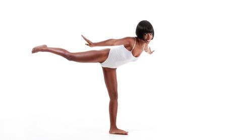 beine spreizen: schwarz ethnischen African-American Gymnastik Ballett-T?nzerin Frau im wei?en Einteiler Trikot