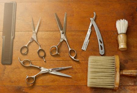 Attrezzature nel negozio di barbiere posto su pavimenti in legno. Archivio Fotografico
