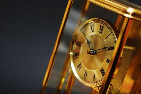 romeinse cijfers: Antieke gouden klok met Romeinse cijfers tegen zwarte achtergrond Stockfoto