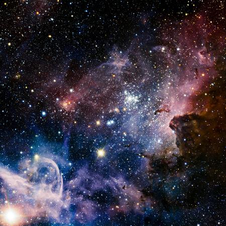 Estrellas nebulosa, hermoso y explosiva llena de color en el espacio