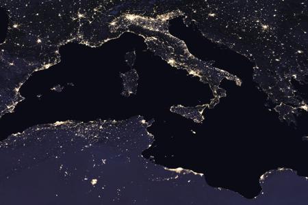 Italië nacht uitzicht vanuit de ruimte. Elementen van deze afbeelding geleverd door NASA.