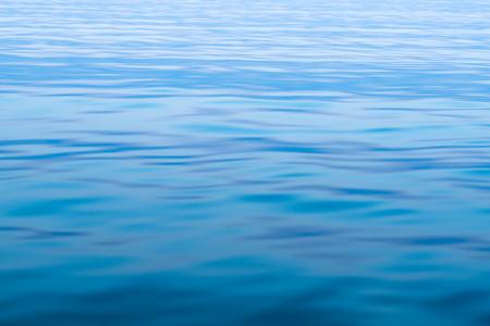 Kalme zee-oppervlak in het avondlicht