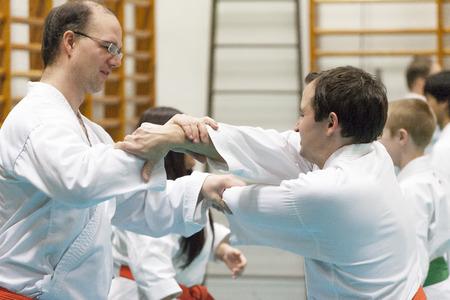 defensa personal: Skelleftea, Suecia - 7 de febrero de 2011. pr�ctica Shotokan Karate con Sensei, Robin Nyholm y Tero Nyholm. T�cnicas de defensa personal - Skelleftehamn Shotokan Karate Klubb.