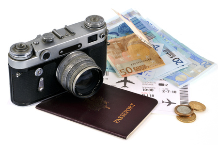 Old camera posed on a passport and banknotes Imagens