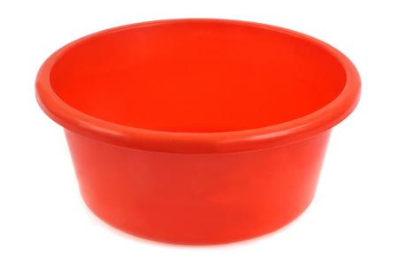 Recipiente de plástico naranja sobre un fondo blanco. Foto de archivo