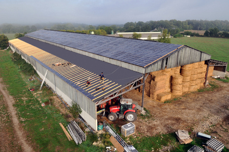 Photovoltaic panels on a farm shed Banque d'images