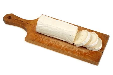 Queso de cabra colocado sobre una tabla para cortar