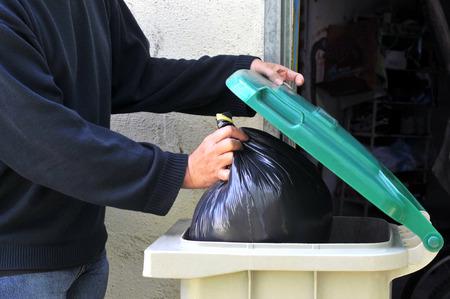 Tirar una bolsa a la basura