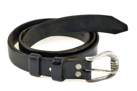 Cinturón de cuero con aros sobre un fondo blanco.